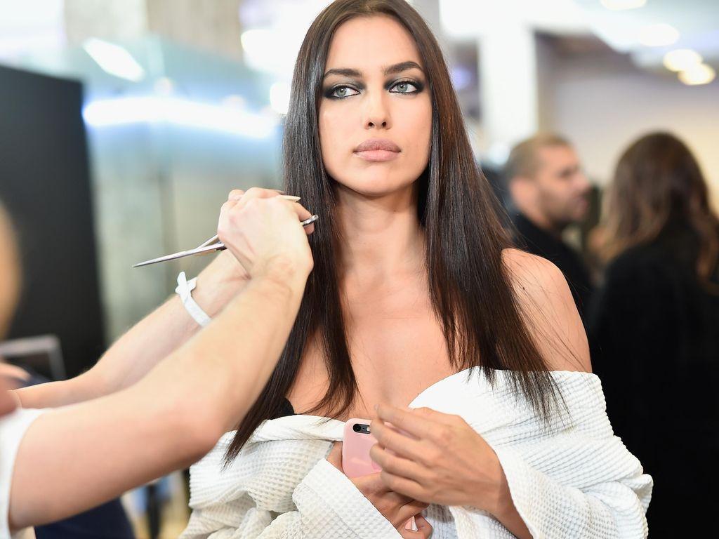 Irina Shayk Pose Seksi Pakai Baju Transparan, Seperti Tak Berbusana