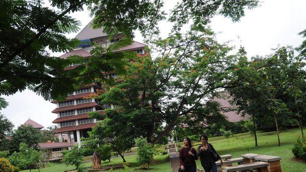 Mahasiswa melintas di depan Gedung Rektorat Universitas Indonesia, Depok, Jawa Barat, Selasa (26/1). UI Green Metric merilis Peringkat Kampus Hijau Terbaik di Dunia tahun 2015 yang menempatkan Universitas Indonesia pada peringkat ke 33, Institut Pertanian Bogor di peringkat 36, dan Universitas Diponegoro peringkat 45, sementara peringkat pertama diraih University of Nottingham. ANTARA FOTO/Indrianto Eko Suwarso/kye/16