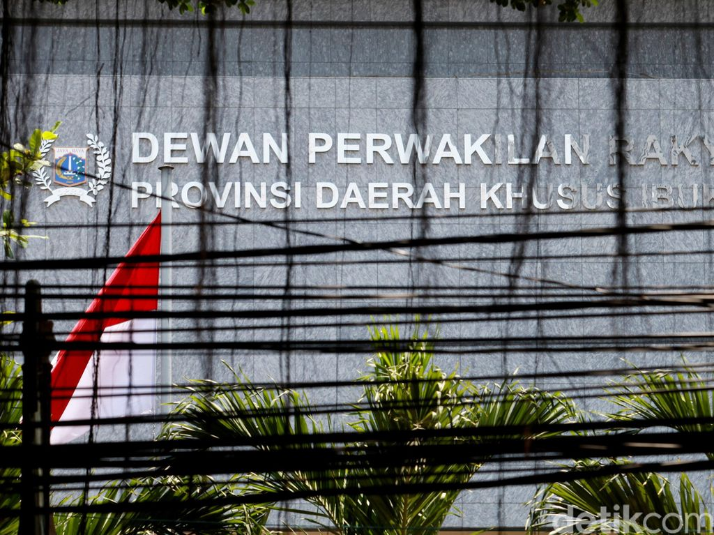 Ada Anggota-Pegawai Positif Corona, Gedung DPRD DKI Disemprot Disinfektan