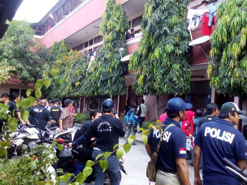Polisi Razia Kosan 3 Lantai di Rawa Bebek Jakarta Timur