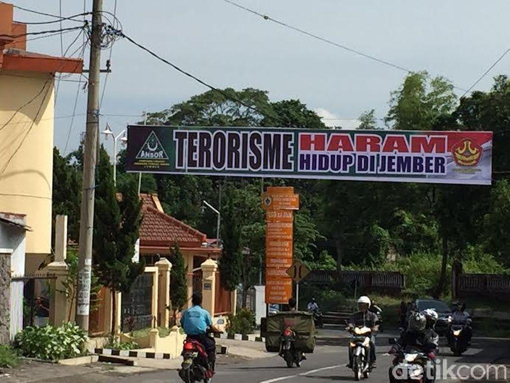 GP Ansor Pasang Spanduk Terorisme Haram Hidup di Jember