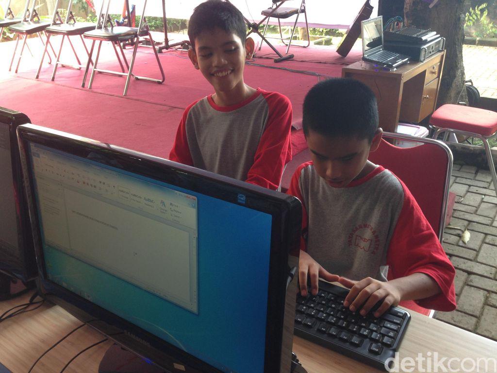 Inspiratif! Anak-anak Tuna Netra Ini Mahir Operasikan Komputer