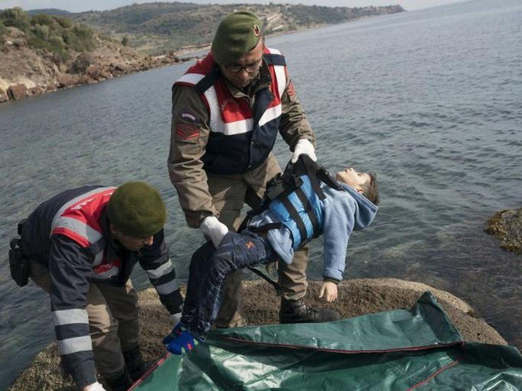 Kapal Migran Tenggelam, 10 Orang Tewas