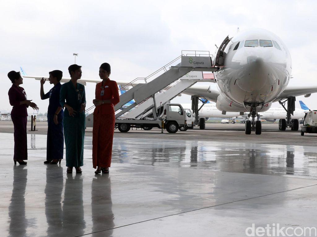Pramugari Garuda Tak Boleh Pakai APD di Pesawat
