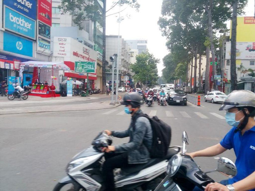 Gaya Warga Ho Chi Minh Saat Naik Motor