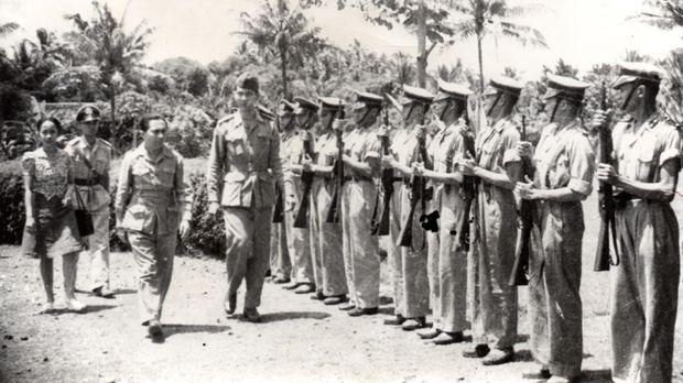 Kepala Kepolisian Negara Raden Said Soekanto Tjokrodiatmodjo (empat dari kiri) bersama Perdana Menteri Indonesia Sutan Syahrir memeriksa barisan siswa Sekolah Tinggi Polisi di Mertoyudan, Magelang, Jawa Tengah, 17 Juni 1946. (Dokumentasi IPPHOS)