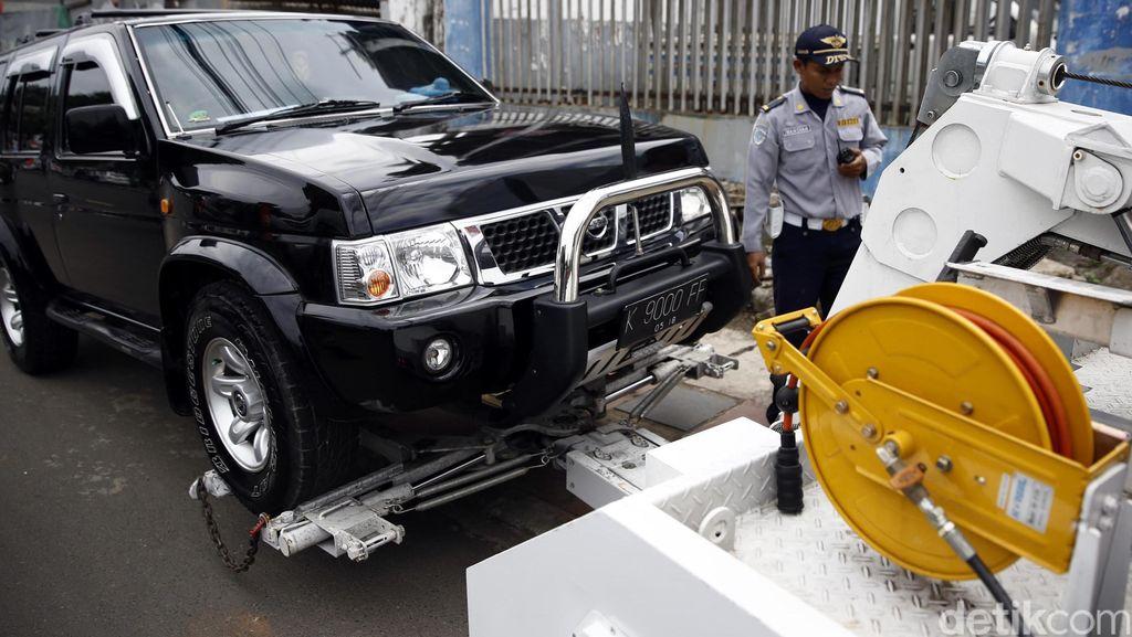 Petugas Dishub Derek Mobil yang Parkir Sembarangan
