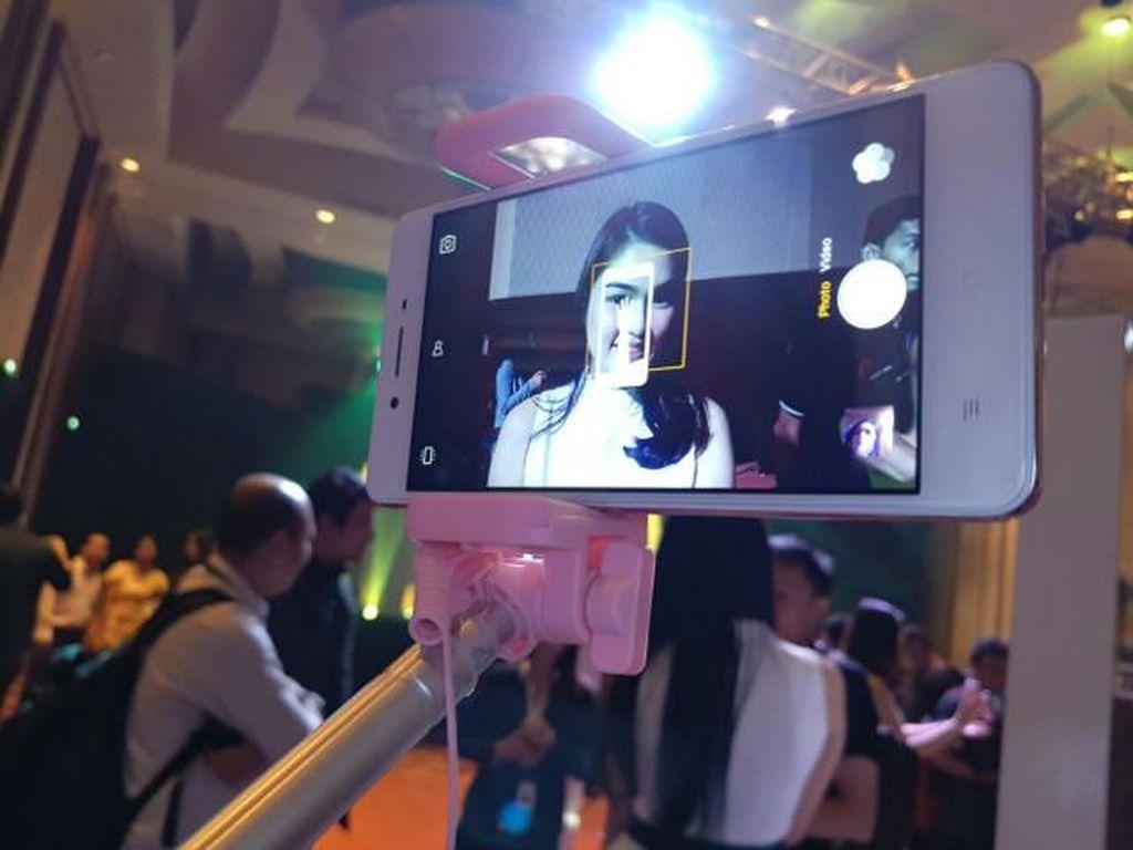 Oppo Rilis Ponsel Penggila Selfie