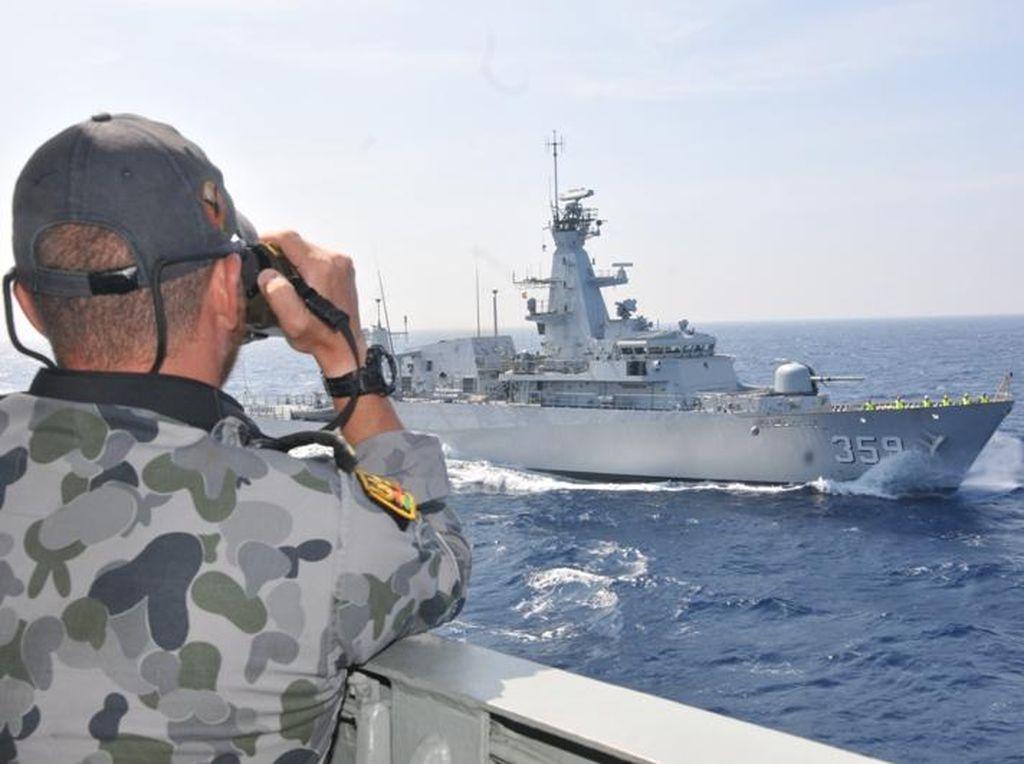 KRI Usman-Harun Latihan dengan Kapal Perang 3 Negara di Samudera Hindia