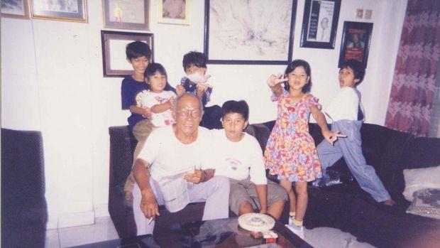 Pramoedya Ananta Toer dan keluarga.