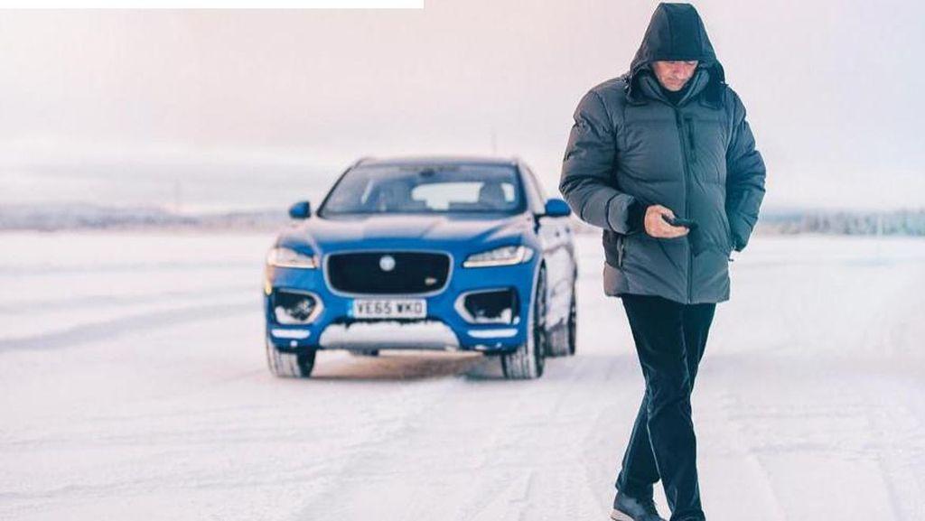 Jose Mourinho Bermain di Atas Danau Es dengan Jaguar F-Pace