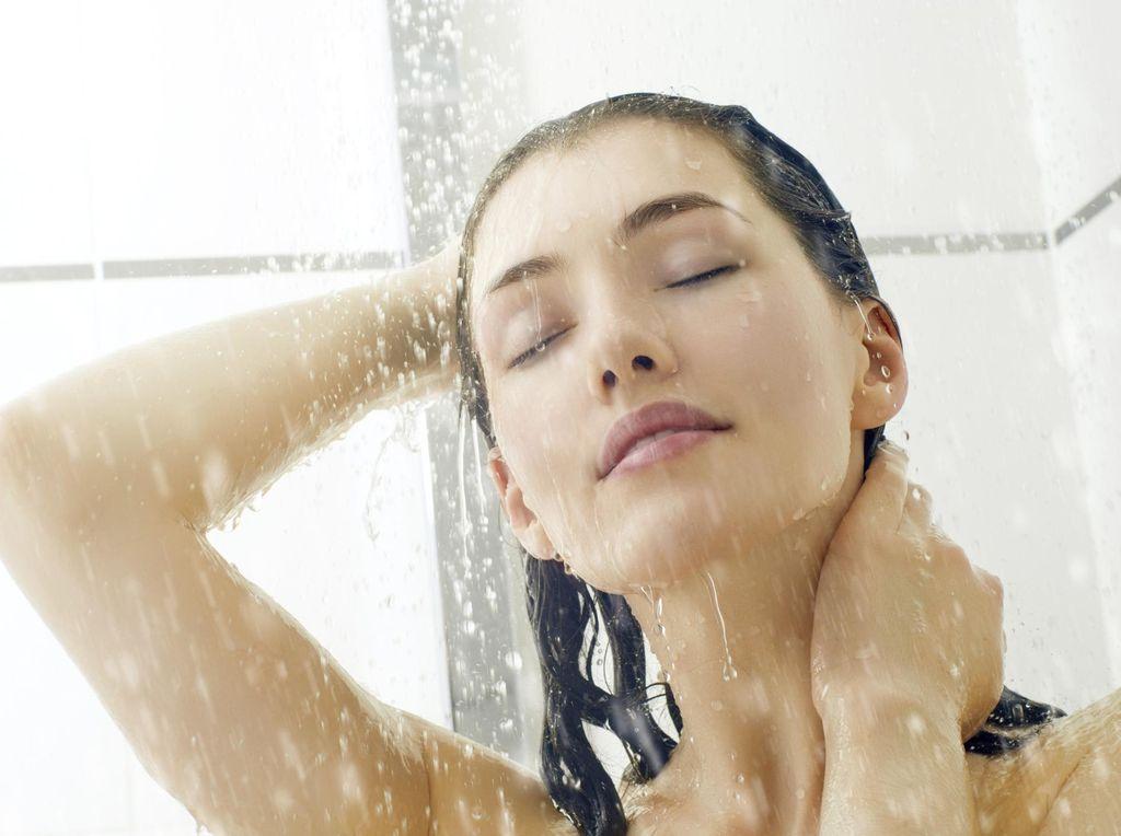 5 Manfaat Sehat Mandi Pagi dengan Air Hangat