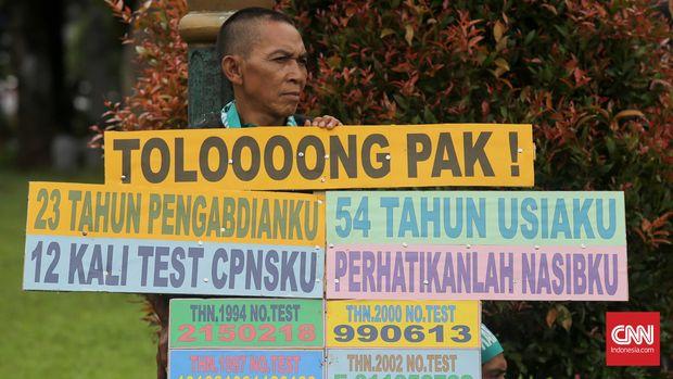 Ribuan guru honorer berunjuk rasa di depan Istana Merdeka, Jakarta, Rabu, 10 Februari 2016. Guru honorer ini berasal dari sejumlah daerah di Indonesia dengan tuntutan untuk diangkat menjadi pegawai negeri sipil (PNS). CNN Indonesia/Safir Makki