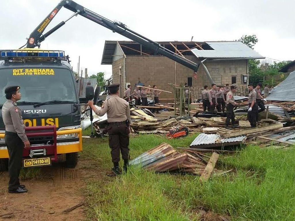 Melihat Aksi Pasukan Sabhara Turun Tangan Bantu Warga Korban Puting Beliung