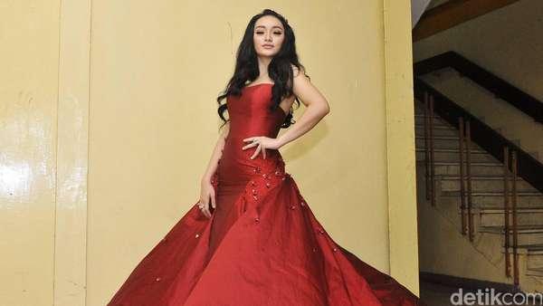 Si Eneng Makin Cantik! Zaskia Gotik Menawan Bergaun Merah