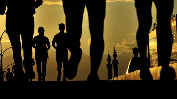 Sejumlah pelari saling berlomba pada Makassar Half Marathon 2016 di Makassar, Sulawesi Selatan, Minggu (14/6). Lomba lari maraton dalam rangka HUT ke-43 Bosowa yang memperlombakan nomor lari 5K, 10K, dan 21K tersebut sebagai ajang mempromosikan kota Makassar dan diikuti 2.501 peserta dari delapan negara.  ANTARA FOTO/Yusran Uccang/ama/16