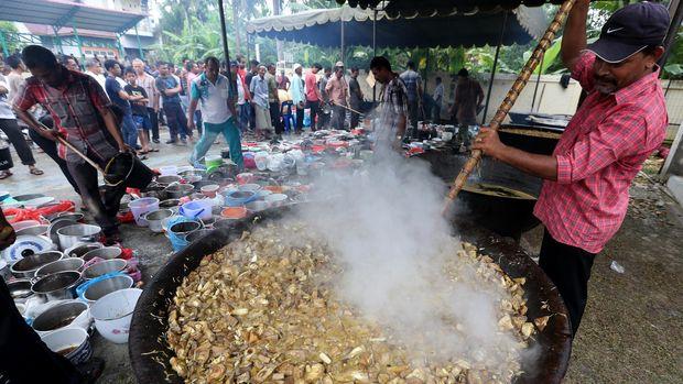 Warga memasak dan membagikan masakan kuah Beulangong (kari daging sapi) saat memperingati hari kelahiran Nabi Muhammad SAW (Maulid) di Desa Ilie, Ulee Kareng, Banda Aceh, Aceh, Minggu (14/2). Masakan kari sapi atau kambing tersebut merupakan menu utama sajian pada tradisi kenduri Maulid Nabi di Aceh. Makanan tersebut kemudian dibagikan kepada warga terutama untuk fakir miskin dan anak yatim. ANTARA FOTO/Irwansyah Putra/kye/16.