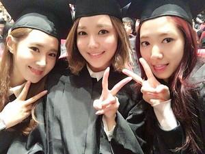 <i>Congraduation</i>! Park Shin Hye, Yuri dan Sooyoung SNSD Wisuda Hari Ini