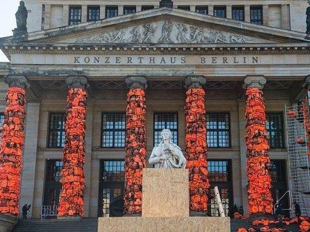 Seniman Ai Weiwei Teror Berlin Film Festival dengan Ratusan Rompi