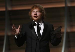 Duh, Putri Beatrice Tak Sengaja Lukai Wajah Ed Sheeran dengan Senjata Tajam
