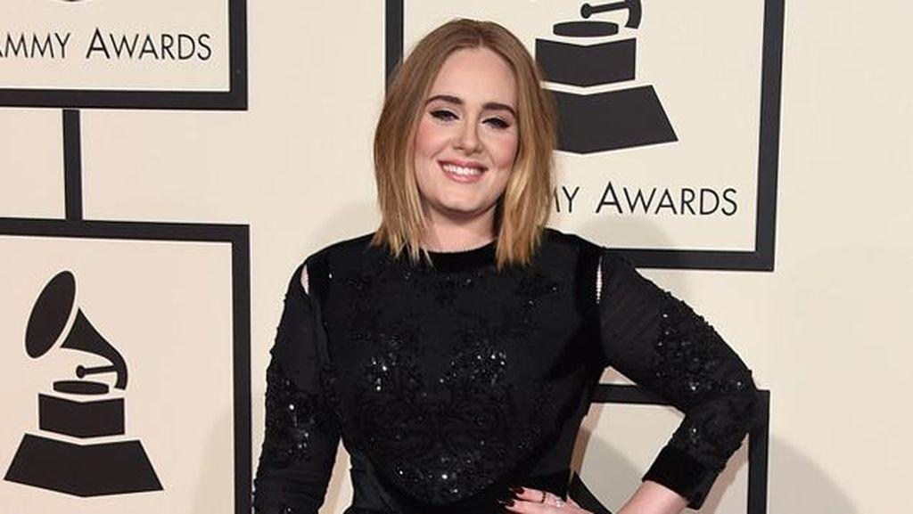 Comeback, Adele Tampil Berkilau dengan Gaun Givenchy di Grammy Awards 2016