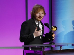 <i>So Sweet</i>, Ed Sheeran Rela Tidak Pakai Sepatu Demi Kekasih