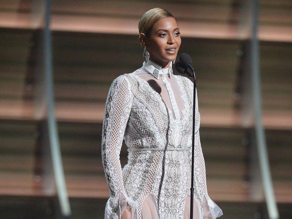 Gaun-gaun Terseksi Selebriti di Grammy Awards 2016