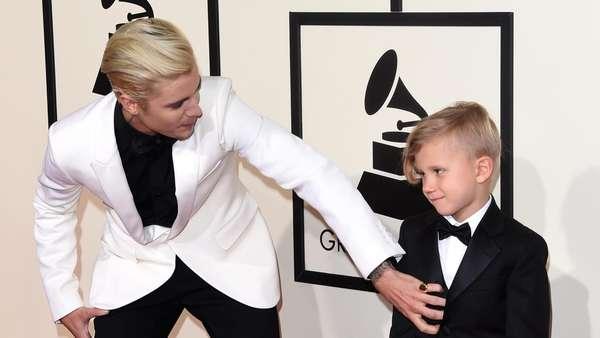 So Sweet! Justin Bieber Ajak Adiknya yang Cute di Grammy 2016