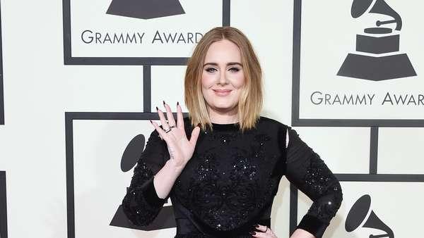 Adele Menawan Bergaun Hitam di Grammy Awards 2016