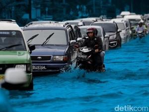 Hujan Lebat, Jalan di Depan Gandaria City Banjir