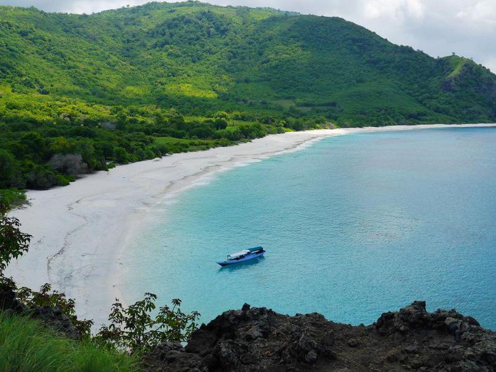 Inikah Pantai Tercantik di Alor, NTT?