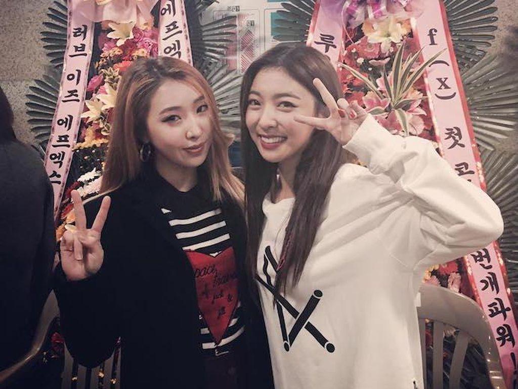Luv! Foto Luna dan Minzy Ini Bikin Lupa Persaingan antara SM dan YG