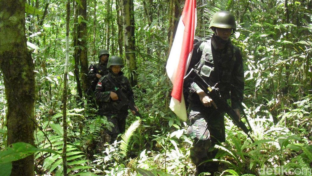 Prajurit TNI Patroli di Pebatasana RI-Papua Nugini
