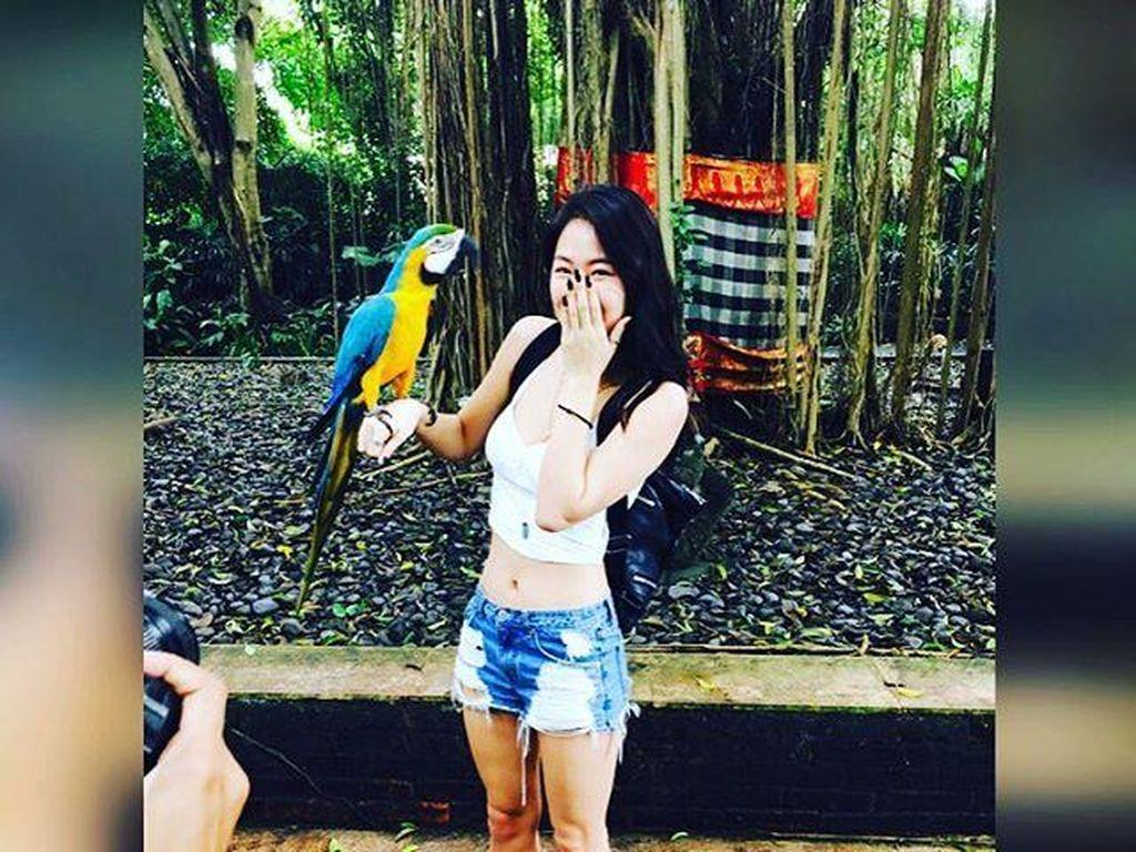 Soyou SISTAR Ketakutan Dipeluk Ular di Bali