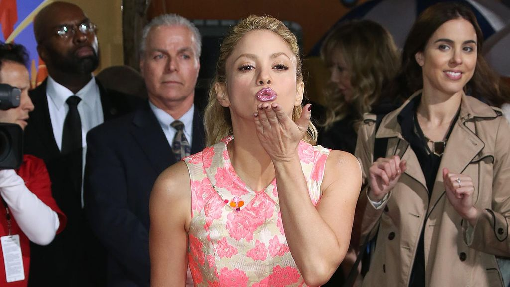 Pakai Dress Mini Pink, Shakira Manis Banget!