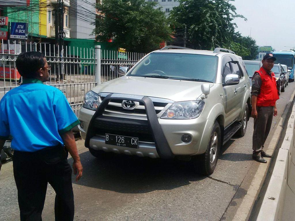 Tips Agar Mobil Tidak Mogok di Jalan Akibat Kehabisan Bensin