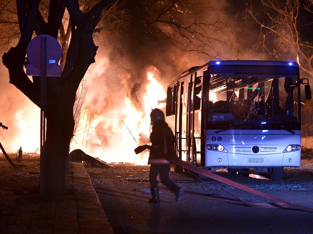 Bom Mobil Hantam Konvoi Militer Turki