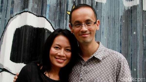 Kemesraan Dewi Lestari dan Suami