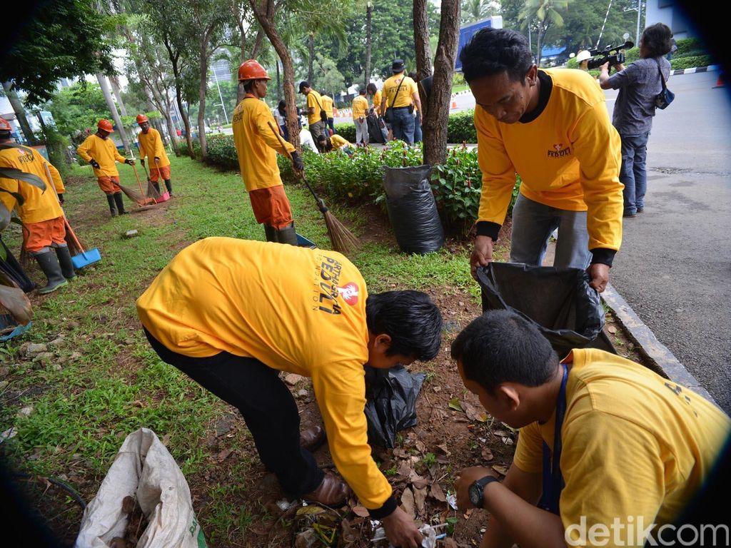 Aksi Bersih-bersih Sampah di SCBD