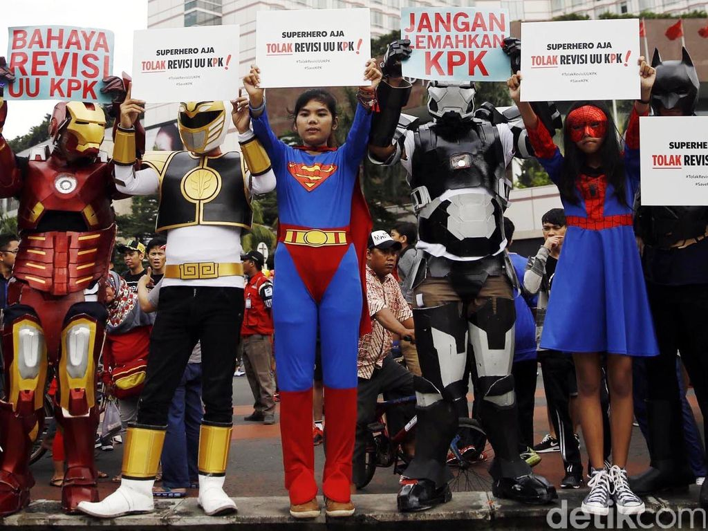 Aksi Superhero Tolak Revisi UU KPK