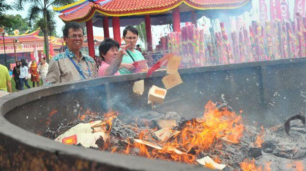 Sejumlah warga tionghoa membakar kertas di salah satu sudut Pulau Kemaro, Palembang, Sumsel, Sabtu (20/2). Setiap tahunnya puluhan ribu pengunjung baik warga tionghoa maupun warga setempat mendatangi pulau  tersebut untuk berdoa atau sekedar melihat perayaan cap go meh. ANTARA FOTO/Feny Selly/aww/16.