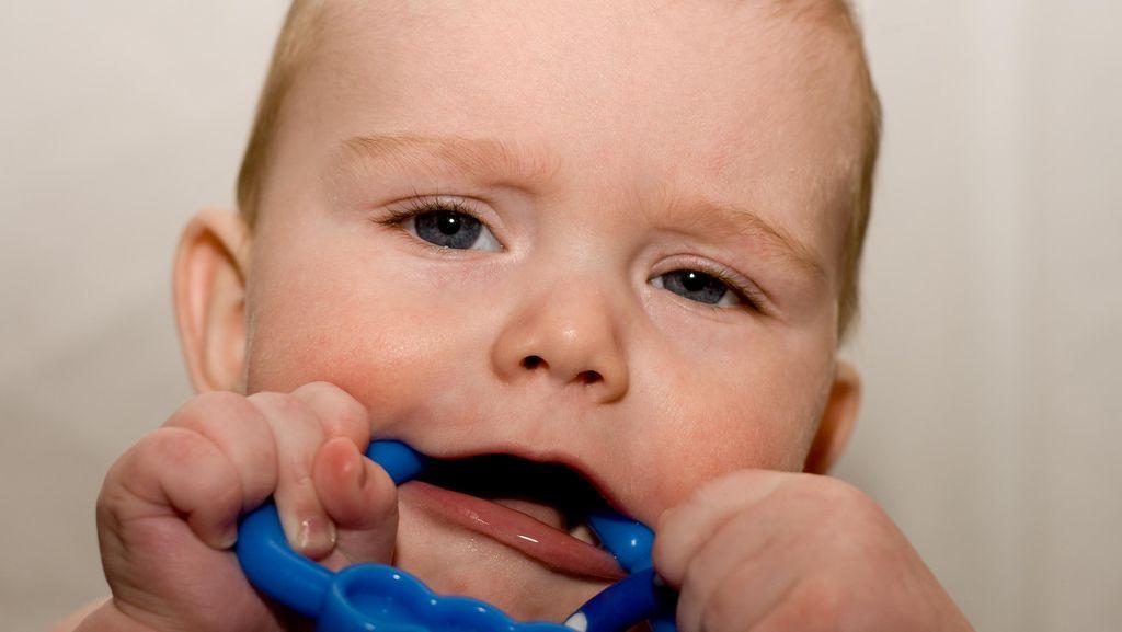 Anak Rewel Saat Tumbuh Gigi? Begini Tips Mengatasinya