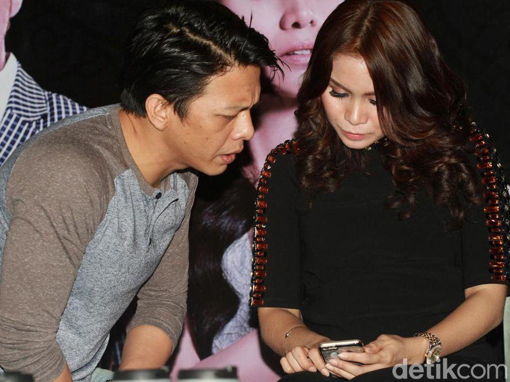 Ariel dan Momo Lagi Lihat Apa Tuh di Handphone?