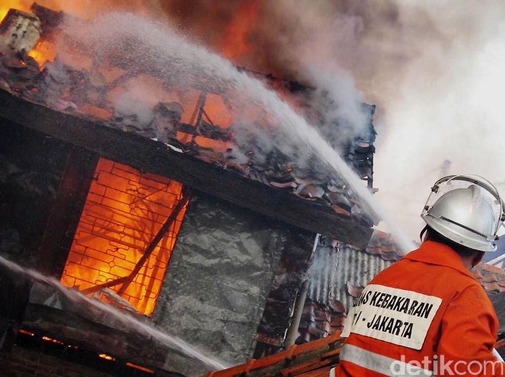 Kebakaran di Gedung Disdik Bekasi Dini Hari, 3 Lantai Rusak Berat