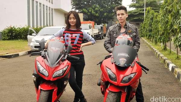 Pose Stefan William dan Natasha Wilona dengan Motor Sport