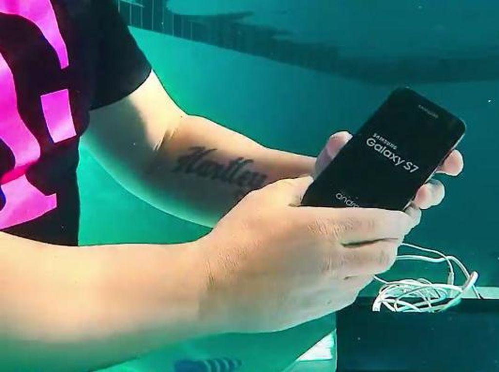 Unik! Unboxing Galaxy S7 di Dalam Air