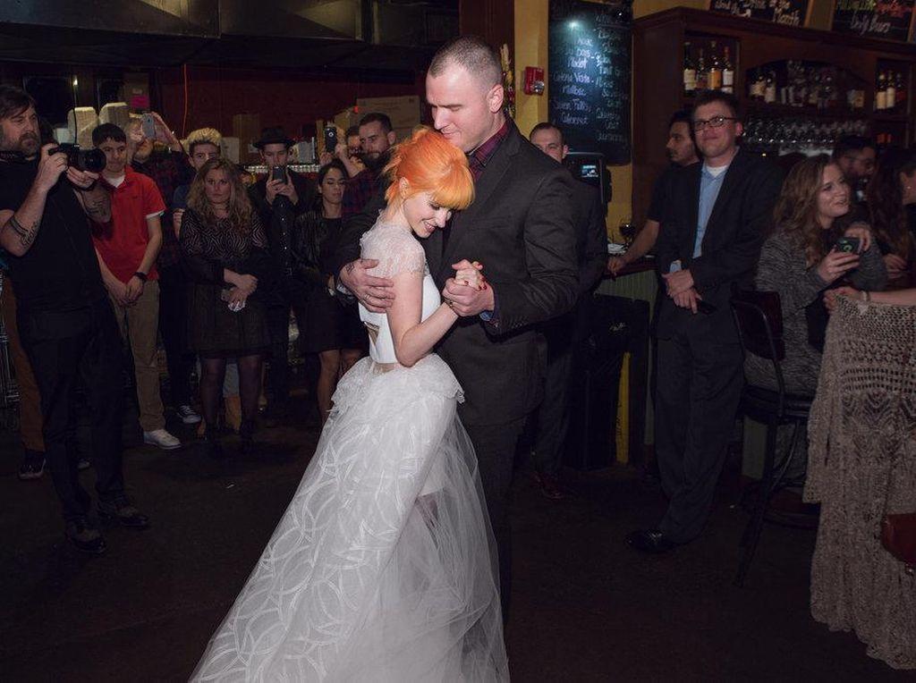 Hayley Williams Umumkan Perceraian dengan Chad Gilbert