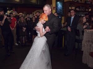 Penampilan Hayley Williams di Hari Pernikahan, Pakai <i>Boots</i> dan <i>T-shirt</i>