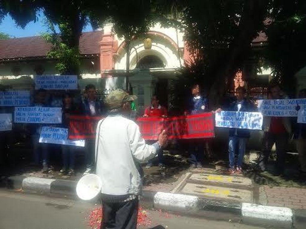 Sidang Salim Kancil Diwarnai Unjuk Rasa Tuntut Pelaku Dihukum Mati