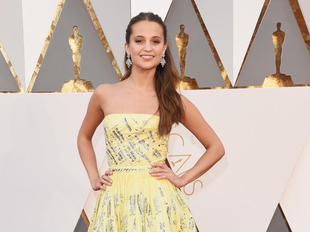 Alicia Vikander Cantik Bergaun Kuning di Red Carpet Oscar 2016